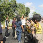 Unjuk Rasa, Warga Bentrok Dengan Polisi di Kantor KPU Ketapang