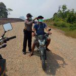 Polsek Siding Bagikan Masker Gratis di Wilayah Perbatasan RI