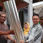Pemkot Pontianak Salurkan Bantuan Material Seng di Perum IV