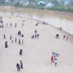 Warga Lokal Berwisata Pantai Pasir di Sungai Landak