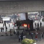 Anak STM Lawan Polisi Memanas! Pos Polisi di Kolong Tol Slipi Terbakar