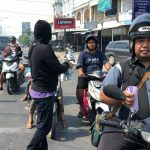 Jurnalis Bagikan Ribuan Masker di Ketapang