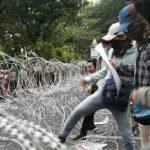 Merangsek ke Istana Merdeka, Demonstran Injak-injak Kawat Berduri