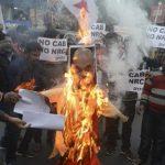 Delhi Rusuh, Polisi India Ini Bertaruh Nyawa Selamatkan Banyak Keluarga