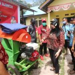 Bupati Landak Bagikan Bibit Padi dan Alsintan Di Kecamatan Sebangki