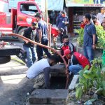 Cegah Banjir, Pemkab Landak Bersihkan Drainase Sumbat