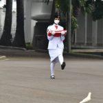 Pakai Jas, Presiden Jokowi Pimpin Upacara Penurunan Bendera