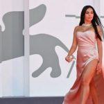 Menawan di Venice Film Festival, Georgina Pakai Dress Belahan Sepaha