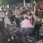 Demo Tolak UU Ciptaker di Jambi Ricuh hingga Malam, Motor Polisi Dibakar