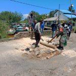 Sadar Akan Peran, Bhabinsa dan Bhabinkamtimbas Bantu Warga Perbaiki Jalan Rusak