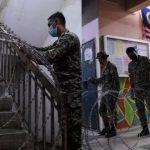 Petugas Pasang Kawat Berduri di Tangga Rusun saat PPKM, Warganet Geram