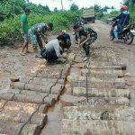 TNI dan Bhabinkamtibmas Bersama Warga Gotong Royongi Perbaiki Jalan Ketapang