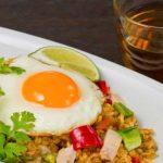 Nggak Dibungkus Kertas, Cara Makan Nasi Goreng Plastik Ini Harus Dikenyot?